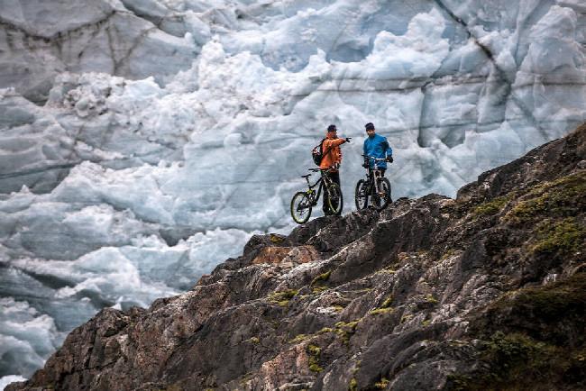 Petr Kraus v Grónsku vysvětluje štábu co budou fotit
