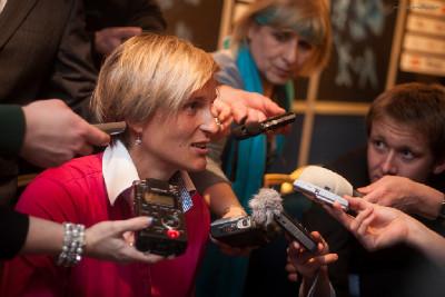 favorizovaná Bárbora Špotáková v obležení novinářů