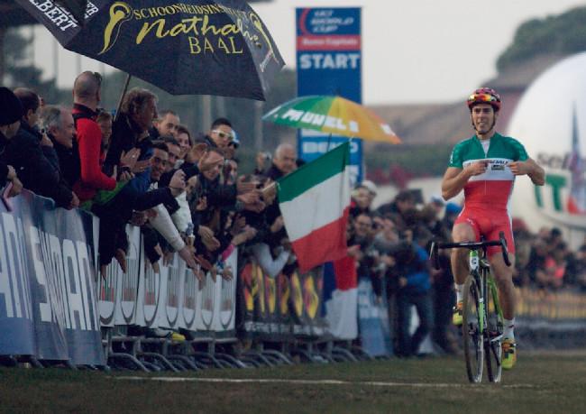 Marco Aurelio Fontana, byť s velkým štěstím, přesto třetí. Závod věnoval Burry Standerovi