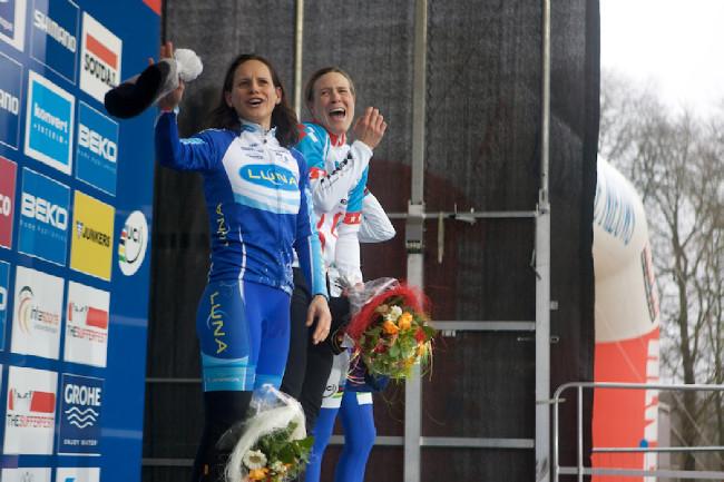 Kateřina Nash a Katie Compton na stupních vítězů