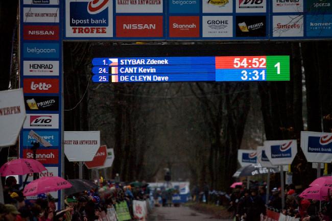 Prozatím vítězí Zdeněk Štybar, radoval se jen deset minut