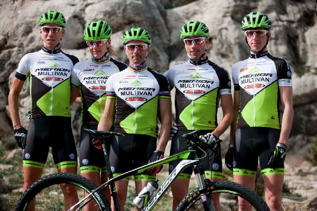Multivan Merida Biking Team 2013 - zleva Thomas Litscher, Gunn Rita Dahle, Jose Antonio Hermida, Rudi van Houts a Ondřej Cink