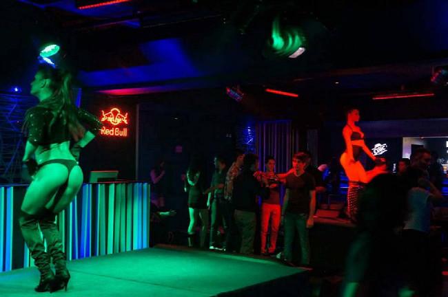 průměrný klub vypadá takhle... free enter a pivo za 30 Kč. 4h ráno