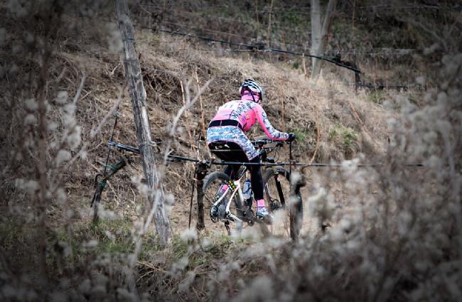 maskovaná výstroj týmu Kona Cyclingpoint rozzáří i šedivý den