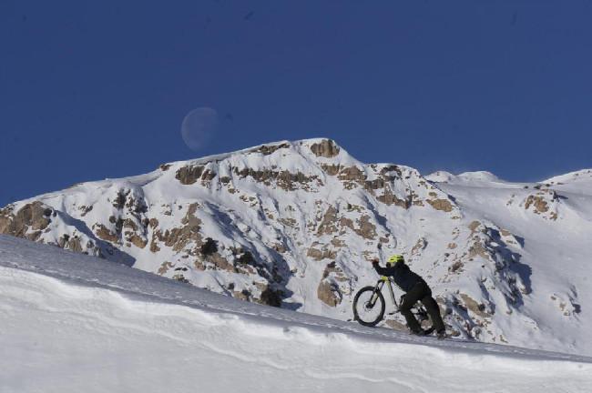 Trocha sněhu v horách nás od bikování neodradila