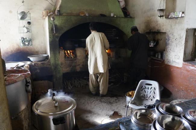 """Kuchyň jedné z místních """"restaurací"""""""