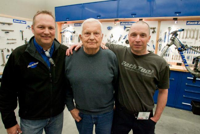 zleva: současný šéf společnosti Erik Hawkins s tatínkem Howardem, zakladatelem Park Tool, zcela vpravo Petr Kuba, český dovozce