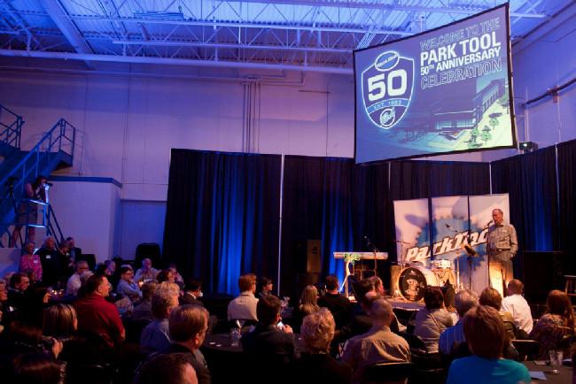 oslava 50. výročí - u mikrofonu druhý ze zakladatelů Art Engstrom