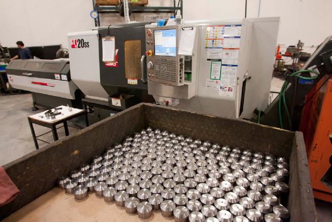 jeden ze dvou velkých CNC obráběcích strojů