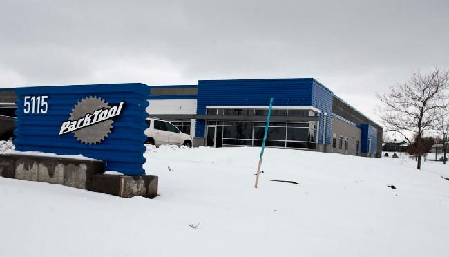 zvenku zatím žádná hiparáda, čerstvé a neutěšené stopy po stavbě zakrývá sníh