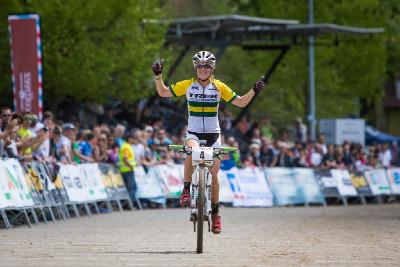 Rebecca Henderson vítězí