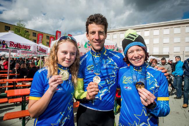 Alban Lakata, Esther Süss a vítězka závodu žen U23 Jasmin Kansikas z Finska