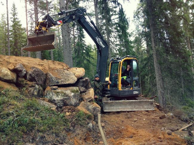 Tom Pro ve Švédsku při stavbě trailů