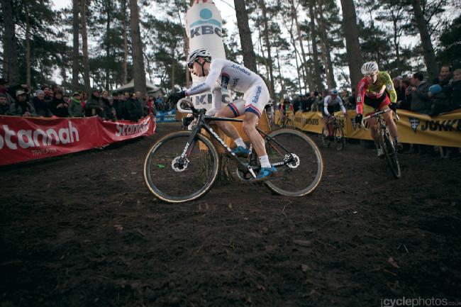 Světový pohár v cyklokrosu #5, Zolder 2013: Lars van der Haar a za ním dva čeští vlčáci