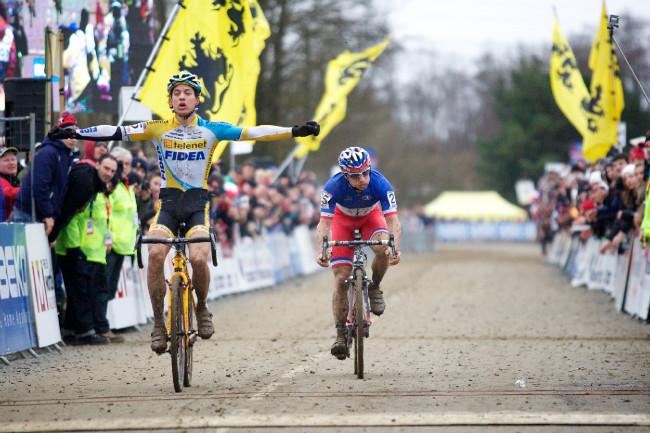 Světový pohár v cyklokrosu, Nommay 2014: Byť Tom Meussen vypadal, že se Francise Moureyeho sotva drží, nakonec mu to ve spuru nandal...