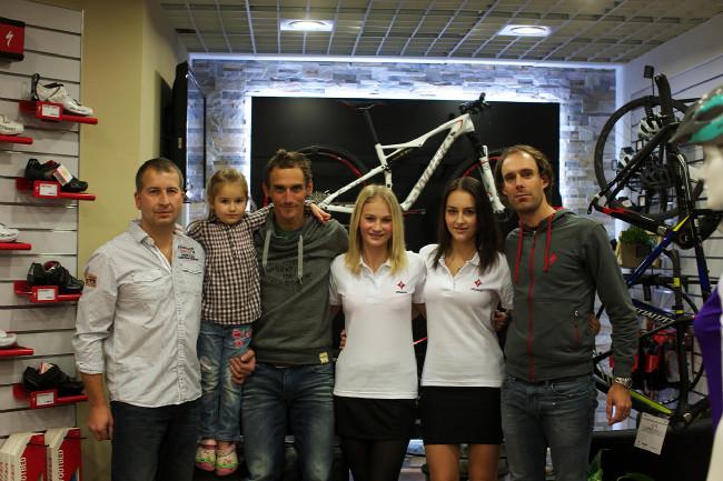 Specialized Concept store Plzeň - pan Vondráček s dcerami, Raboňěm a Kreuzigerem
