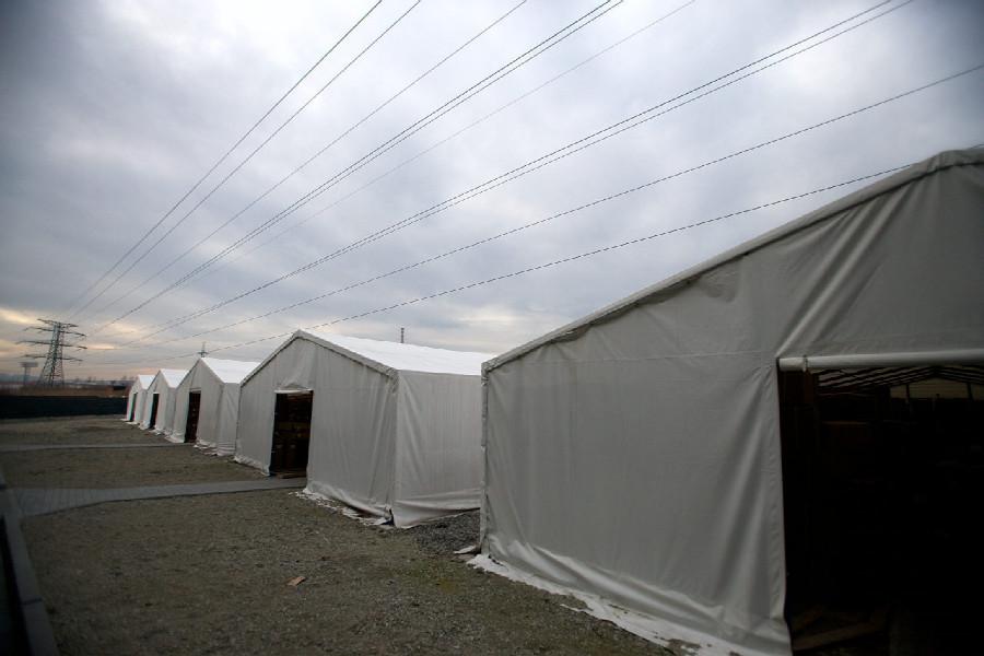 Na návštěvě v Leader Foxu  - sklad dílů je v plátěných stanech kvůli drátům vysokého napětí, které vede nad nimi
