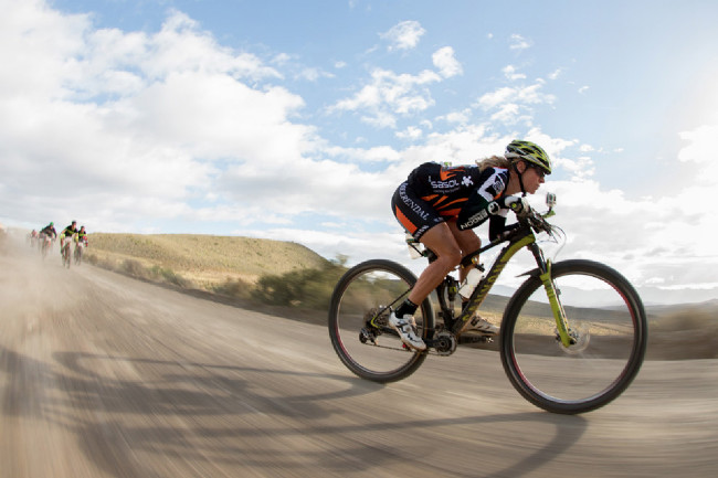 Cape Epic 2014 - Sally Bigham upaluje k cíli