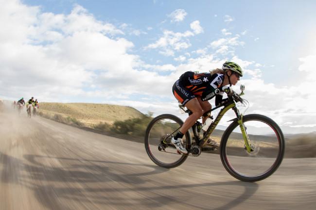 Cape Epic 2014 - Sally Bigham upaluje k cíli