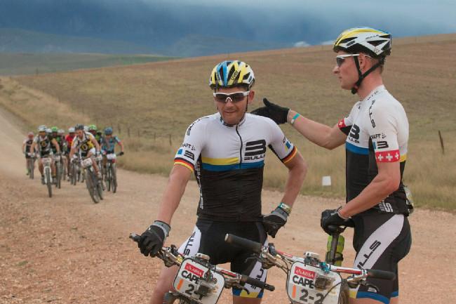 Cape Epic 2014 - další zásadní okamžik závodu: Karl Platt s Ursem Huberem opouštějí závod