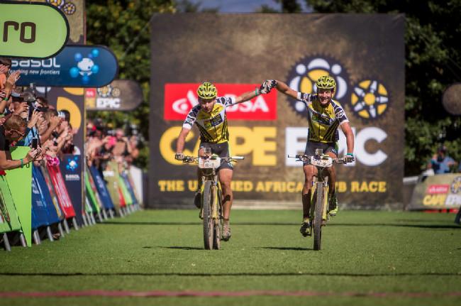 Cape Epic 2014 - od třetí etapy takto spokojeně tým Topeak Ergon dojížděl do cíle