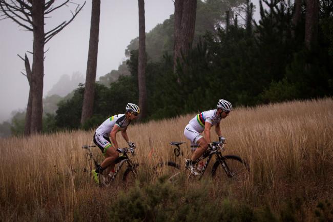 Cape Epic 2014 - Nino Schurter s Philipem Buysem se ke konci neskutečně rozjeli
