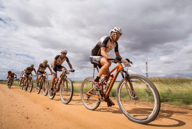 Cape Epic 2014 - Christioph Sauser táhne vláček bikerů