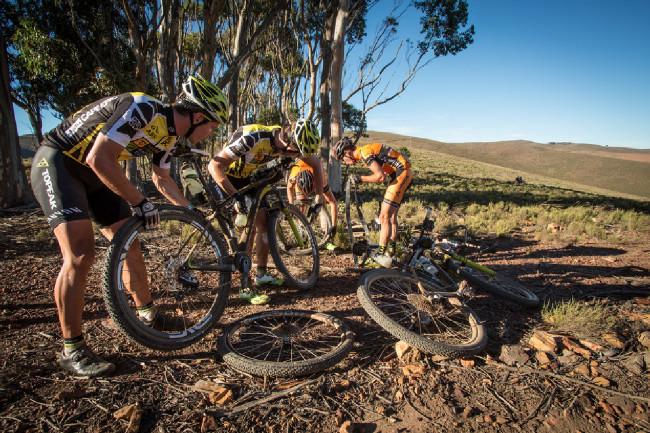 Cape Epic 2014 - zásadní moment pro Kristiána s Robertem, tým Centurion Vaude se obětuje a dává jim svá kola
