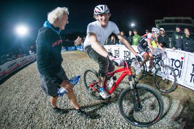 Triatlonista a manažer týmu Specialized Gavin Noble jede nevědomky s koly napuštěnými vodou...