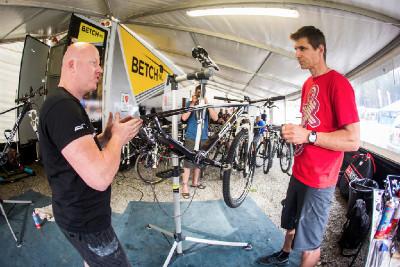 Petr Lavička konzultuje rámy Superior s mechanikem týmu Barta Brentjense