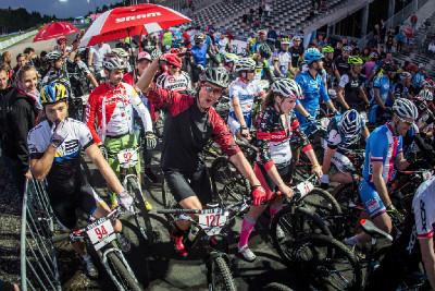 Na start Toi Toi Night Race se postavilo více než 150 bikerů!