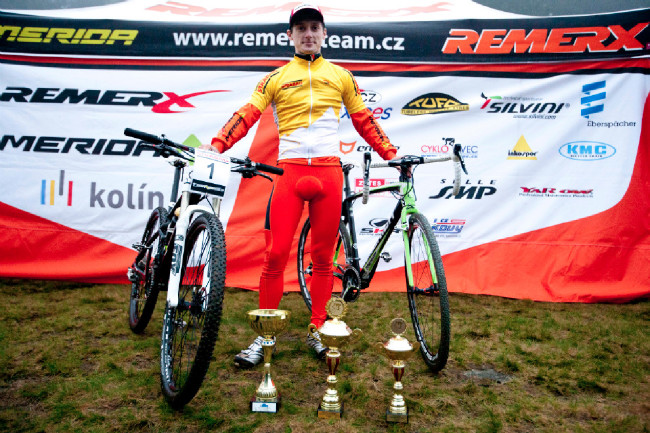 Tomáš Paprstka hned po dojezdu vyměnil bike za krosku. Bodejť ne, vždyť je to vítěz obou Českých pohárů!