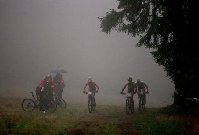 Počasí se při závodě mužů zhoršovalo, vidět nebylo téměř nic