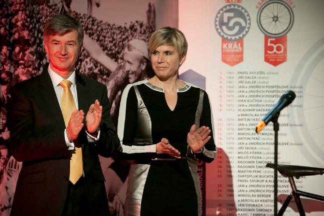 Král cyklistiky 2014 - prezident ČSC Marian Štetina a Kateřina Neumannová společně předávali Čestná uznání