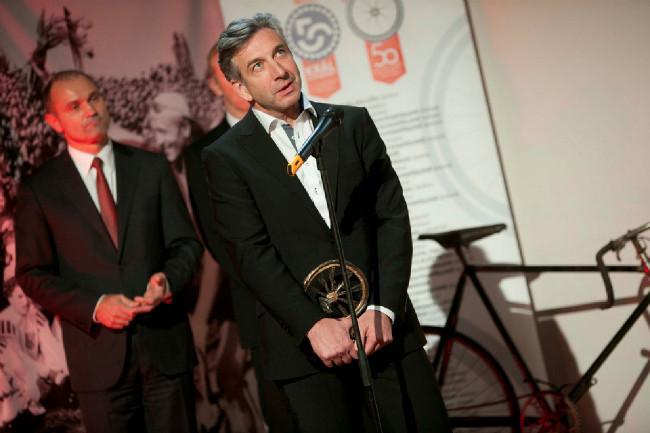 Král cyklistiky 2014 - tatínek Leopolda Königa převzal cenu pro nejlepšího silničáře za svého úspěšného syna