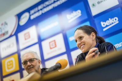 Brian Cookson a Kateřina Nash na tiskové konferenci