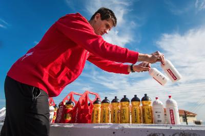 Viktor Zapletal chystá občerstvení před druhou etapou