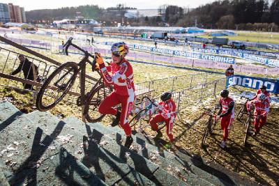 Dánská skvadra v čele s juniorským mistrem světa MTB Andreassenem