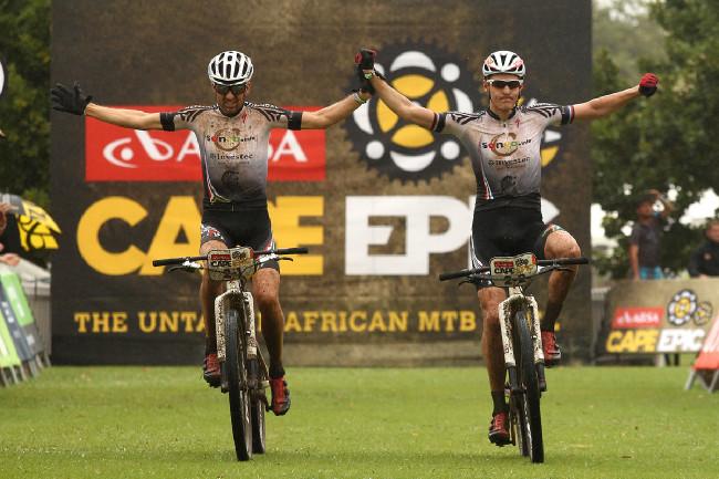 Jaroslav Kulhavý a Christoph Sauser se radují z vítězství v 1. etapě
