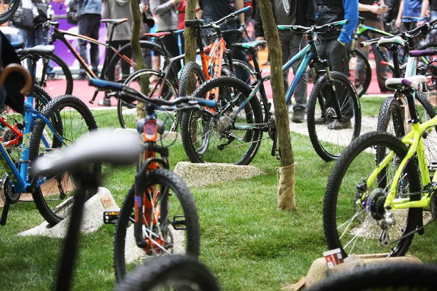 Střípky For Bikes 2015 trávník až z daleké Vídně