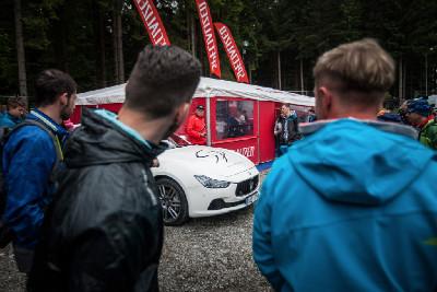 """Maserati Jaroslava Kulhavého budilo dost pozornosti, když byl majitel před startem """"uklizen"""" v klidu"""