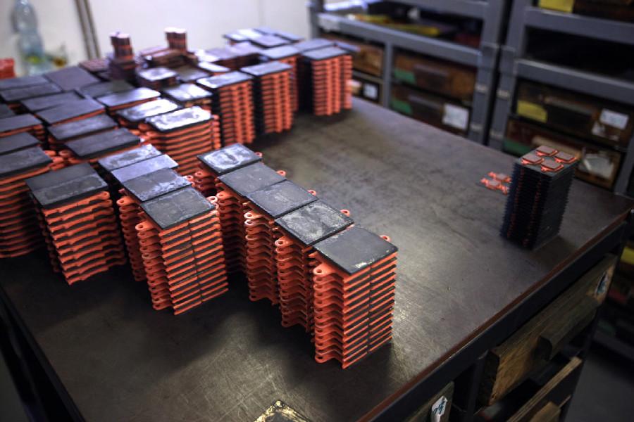 Na návštěvě v Goldfren - složené destičky připravené na vypálení