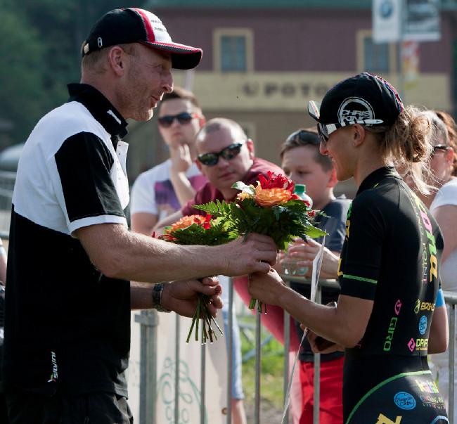Květiny se dámám rozdávaly až po ceremonii