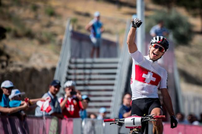 Nino Schurter vítězí v Baku 2015
