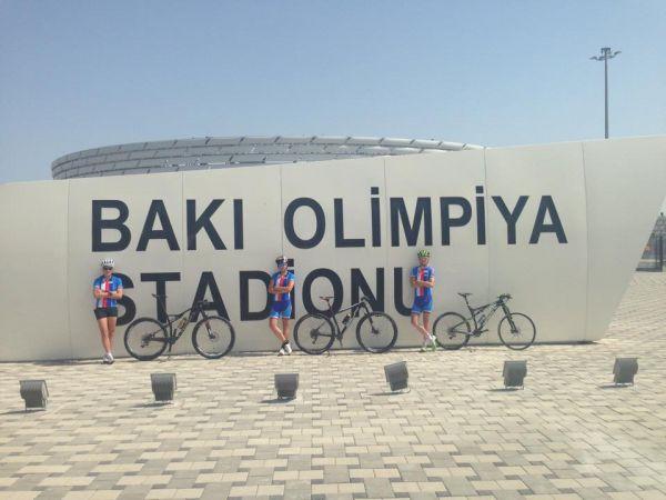 Trojice českých bikerů v Baku před olympijským stadionem