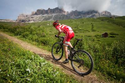 Annika Langvad stoupá na Passo Pordoi