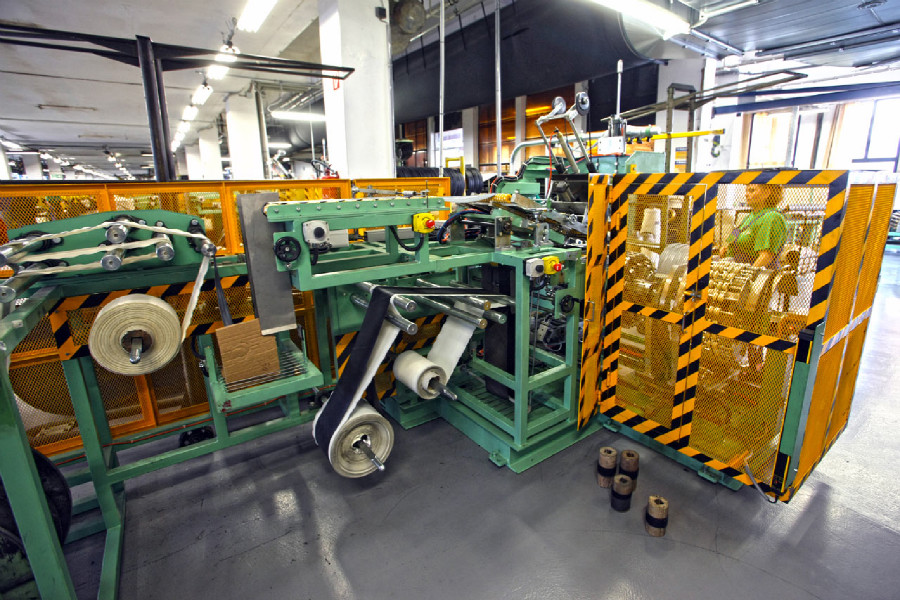 Na návštěvě v Rubeně - konfekční stroje spojují běhoun, kord a patní výztuhu