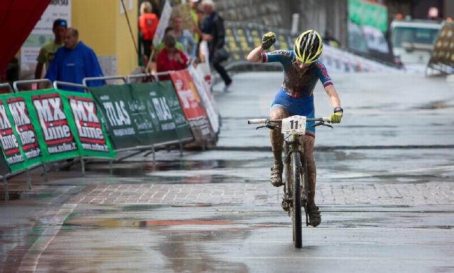 Mistrovství Evropy XCO 2015 - sobota - Jana Czeczinkarová se raduje z pátého místa