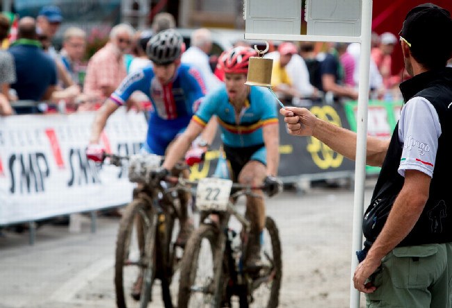 Mistrovství Evropy XCO 2015 - sobota - do posledního kola vjížděl Mates společně s Belgičanem, pak mu spadl řetěz