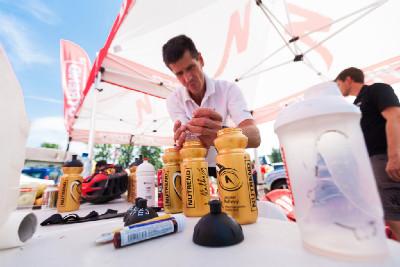 Viktor Zapletal připravuje chladivé občerstvení pro své závodníky